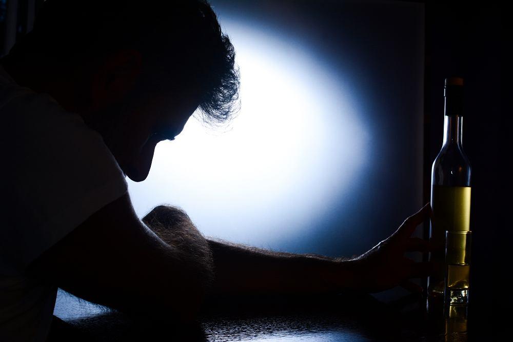 Osoby, u których wystąpi delirium, to osoby uzależnione od alkoholu, które pozostają w ciągu alkoholowym przez kilka dni