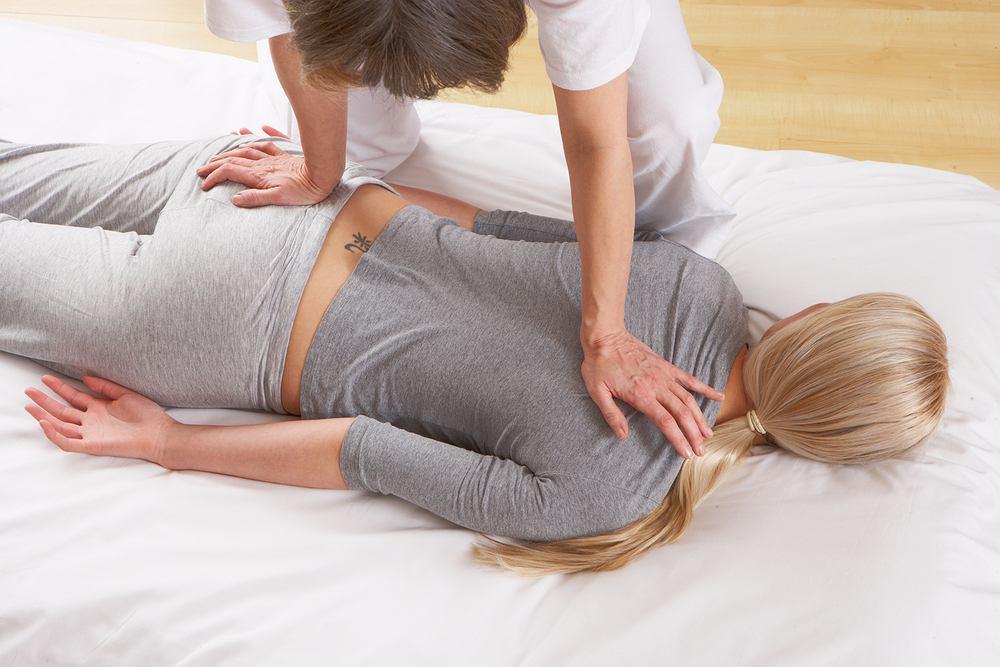 Masaż shiatsu to specyficzny rodzaj masażu wywodzący się z Japonii.