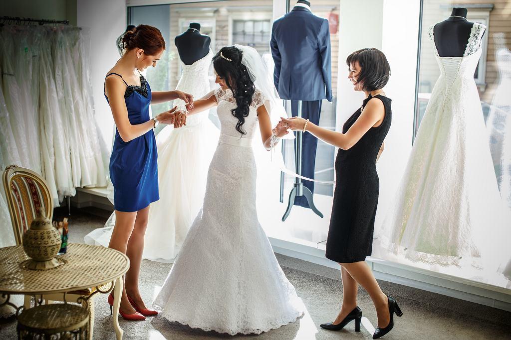 Przymiarka sukni ślubnej. Jak zachowują się panny młode?