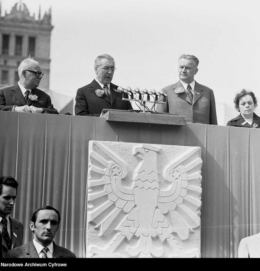 E. Gierek przemawia na trybunie honorowej, podczas pochodu 1 maja 1973