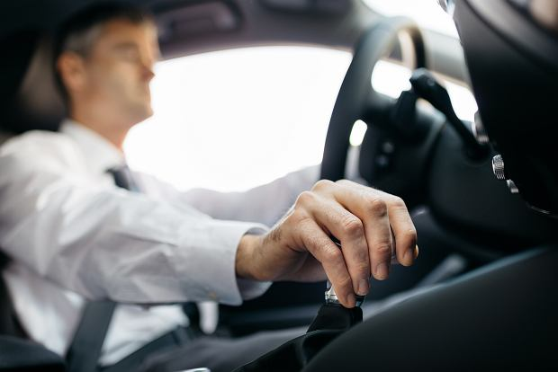 Trzymanie dłoni na drążku zmiany biegów może uszkodzić mechanizm