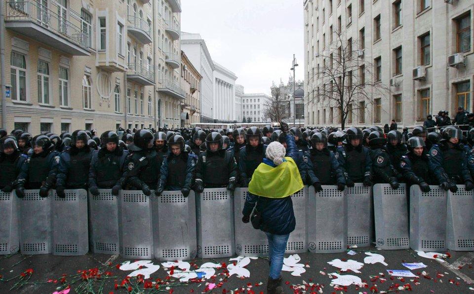 Kordon sił policji oraz służb Ministerstwa Spraw Wewnętrznych podczas niedzielnych manifestacji w Kijowie.