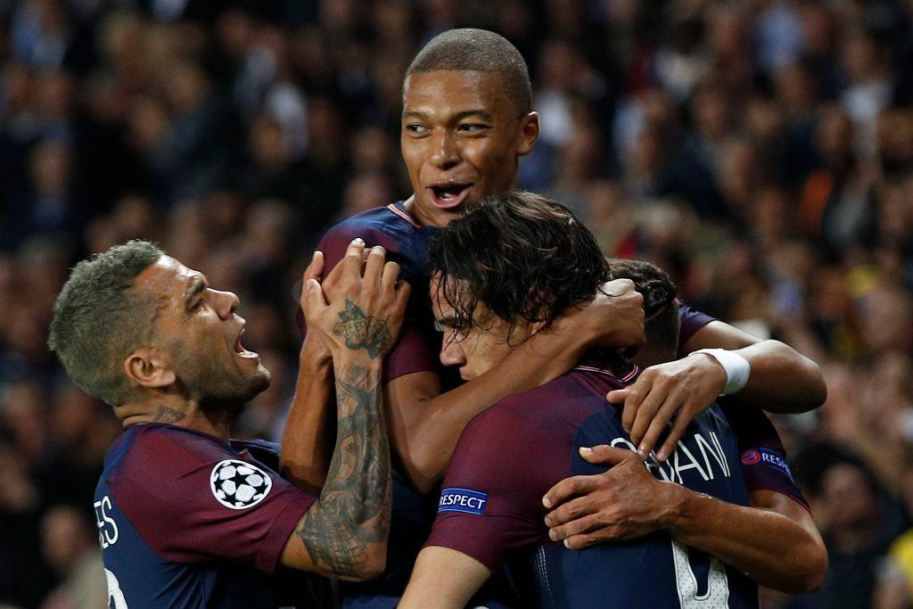 Liga Mistrzów. Paris Saint-Germain - Bayern 3:0. Na zdjęciu Dani Alves, Kylian Mbappe i Edinson Cavani