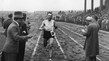 """1935 r. Józef Noji na mecie biegu Narodowego o Puchar """"Raz, Dwa, Trzy"""" na dystansie ok. 4500 metrów."""