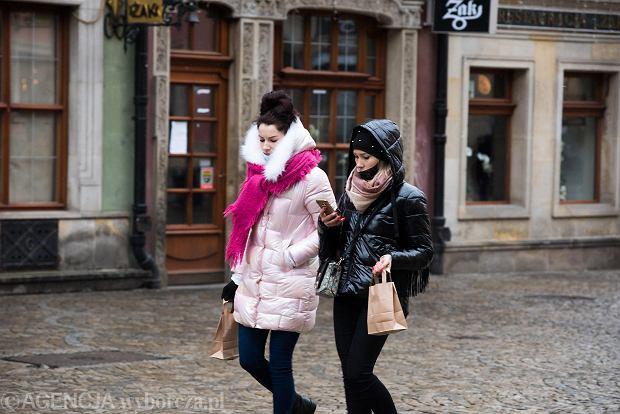 Zdjęcie numer 24 w galerii - Tłumy na Rynku we Wrocławiu. Spacery z jedzeniem na wynos i puszczanie baniek