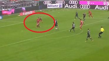 Robert Lewandowski strzela gola z Freiburgiem