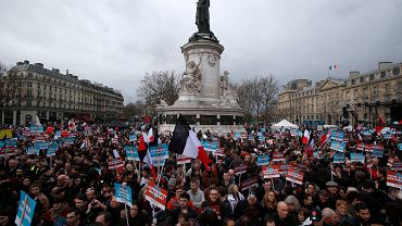 Zwolennicy Jean-Luc Melenchona podczas wiecu na placu Republiki w Paryżu, 18 marca