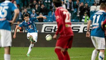 Mateusz Możdżeń strzela gola w meczu z Podbeskidziem