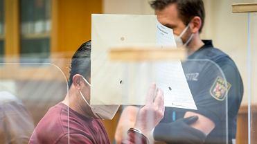 Sąd w niemieckiej Koblencji skazał Syryjczyka Eyada al-Ghariba (zakrywa twarz) na cztery i pół roku więzienia za współudział w zbrodniach przeciwko ludzkości, 24 lutego 2021 r.