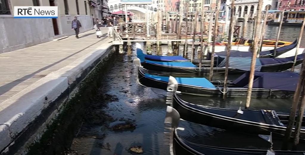 Wenecja. Kanały niemal całkowicie wyschły