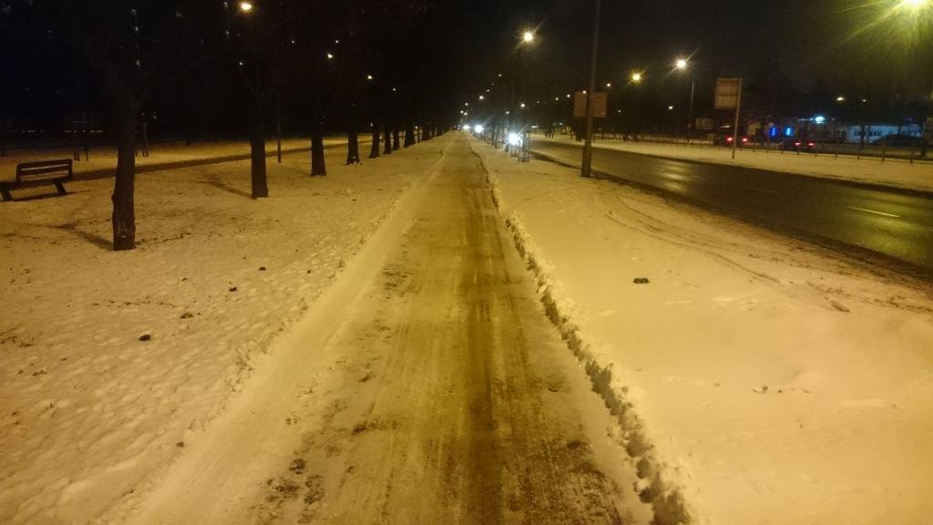 Częściowo odśnieżona droga dla rowerów przy ul. Wysockiego (na odc. Bazyliańska - Bartnicza)