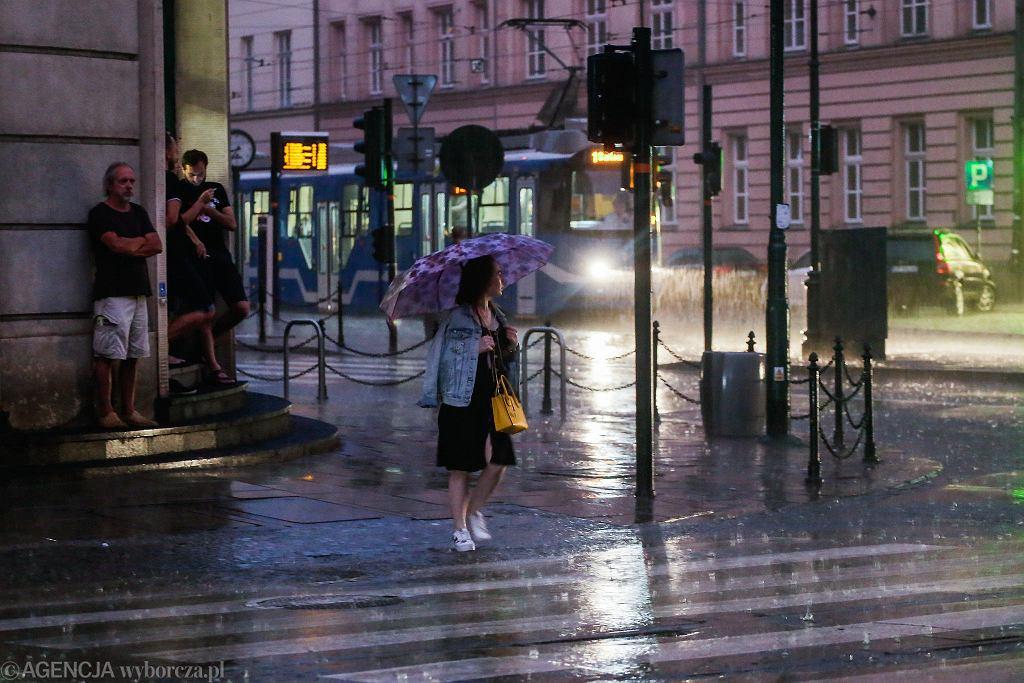 Na koniec wakacji pogoda przyniesie nam opady deszczu i burze. Zdjęcie ilustracyjne