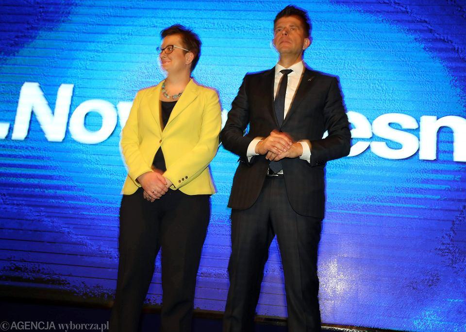 Katarzyna Lubnauer i Ryszard Petru w chwilę po ogłoszeniu wyników na przewodniczącego partii Nowoczesna.