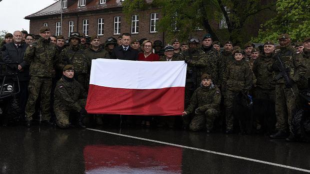 Europoseł Wiśniewska w czerwonym płaszczu obok ministra