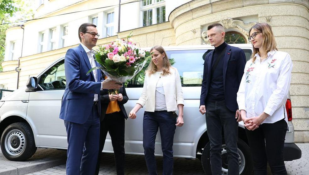 Sześcioraczki z Krakowa dostały od Mateusza Morawieckiego samochód. Premier przekazał rodzicom kluczyki