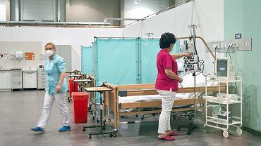 Koronawirus szaleje. Szpital tymczasowy w Łodzi przygotowuje wszystkie możliwe łóżka.