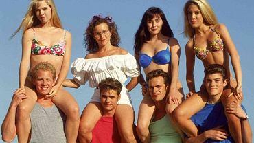 """Seksowna Kelly, zmysłowa Brenda i nieco wyzywająca Donna. I oczywiście cała reszta bohaterów """"Beverly Hills, 90201"""". Wydawało się, że ten serial nigdy się nie skończy, ale bohaterowie dorośli i nie dałoby się kręcić serialu o nastolatkach, których graliby aktorzy po 40. Niektórzy z nich mają już dzisiaj grubo powyżej 50. lat. Zobaczcie, jak wyglądają teraz!"""