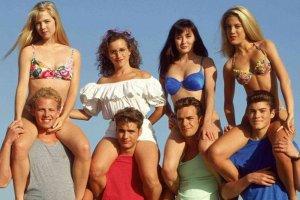 Seksowna Kelly, zmysłowa Brenda i nieco wyzywająca Donna. I oczywiście cała reszta bohaterów Beverly Hills, 90201. Wydawało się, że ten serial nigdy się nie skończy, ale bohaterowie dorośli i nie dałoby się kręcić serialu o nastolatkach, których graliby aktorzy po 40. Niektórzy z nich mają już dzisiaj grubo powyżej 50. lat. Zobaczcie, jak wyglądają teraz!