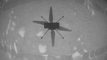 Pierwsze zdjęcie wykonane w czasie pionierskiego lotu helikoptera na Marsie. Ingenuity sfotografowała własny cień na powierzchni planety, kiedy unosiła się trzy metry powyżej
