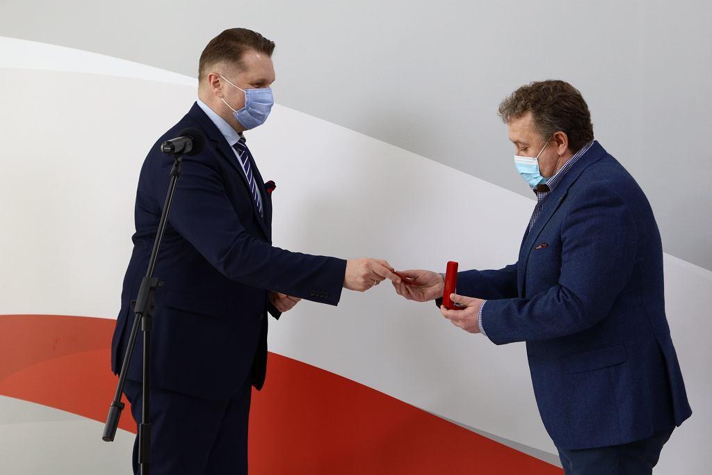 Minister Przemysław Czarnek i nagrodzony przez niego dyrektor XXXIV LO w Łodzi Dariusz Jakóbek