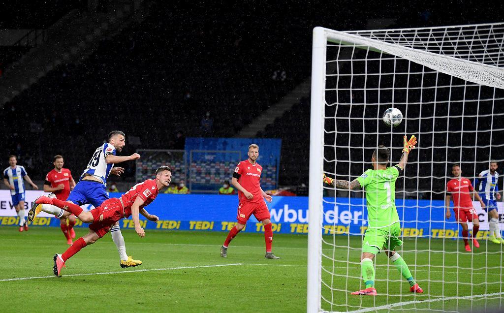 Vedad Ibisević (Hertha) strzela pierwszego gola w derbach Berlina z Unionem. W bramce Rafał Gikiewicz