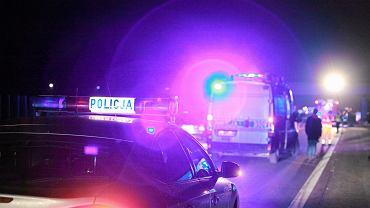 Nocny wypadek na drodze (zdjęcie ilustracyjne)