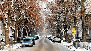 Ulica Czarnieckiego świeżo po opadach śniegu. Jezdnia ani pobocza nie są tu posypywane solą