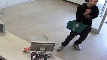 Mężczyzna, który okradł sklep Smartcase na Ursynowie.