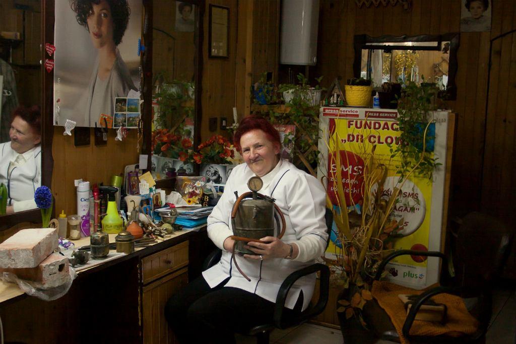 Pani Elżbieta Wichrowska właścicielka zakładu fryzjerskiego przy ul. Koszykowej 64 w Warszawie.