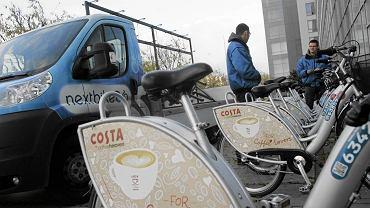 Pracownicy firmy NextBike zdejmują rowery ze stacji Veturilo przy ursynowskim ratuszu