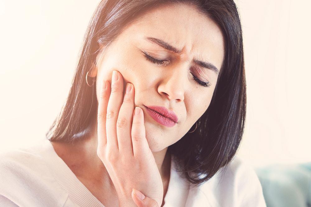 Ból zęba pojawia się z wielu różnych przyczyn, ale najczęstszym powodem jest próchnica. Próchnica powstaje w wyniku szkodliwej dla zębów działalności cukrów i bakterii.