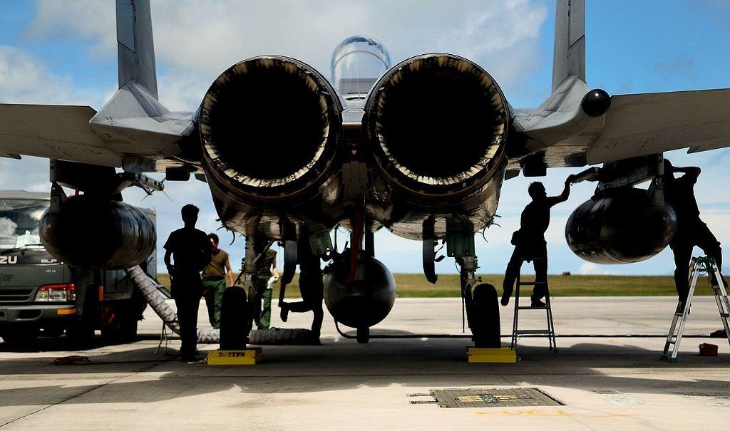 Myśliwiec F-15 na lotnisku na wyspie Guam