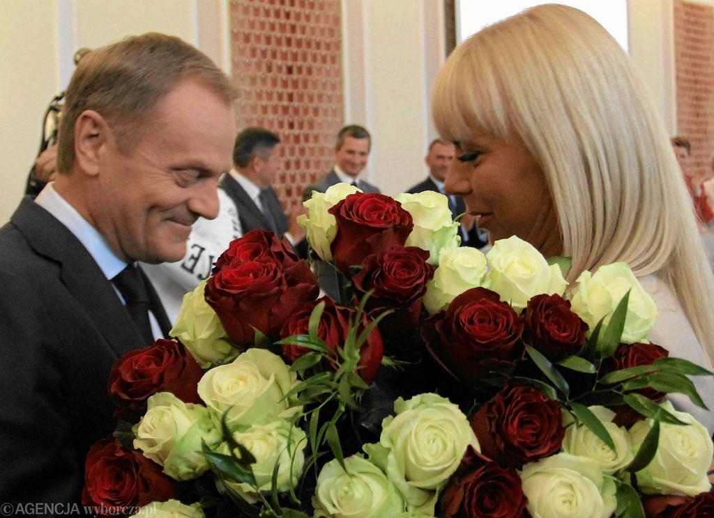 Donald Tusk i Elżbieta Bieńkowska podczas pierwszego posiedzenia rządu, po tym jak Tusk został wybrany Przewodniczącym Rady Europejskiej