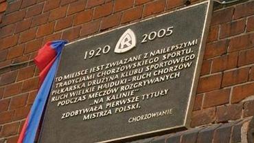 Tablica pamiątkowa na budynku SP 34 w Chorzowie