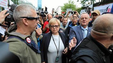 Wolne sądy! Wolne sądy! 4 lipca 2018 r. przed Sądem Najwyższym w Warszawie. Sędziowie przychodzą do pracy, wśród nich I Prezes SN Małgorzata Gersdorf (na zdjęciu), pierwszego dnia po odesłaniu ich w stan spoczynku. 1,5 tys. osób przyszło ich wesprzeć, aby nie rezygnowali z pracy