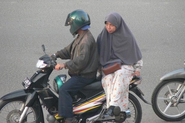 Jazda bokiem na motocyklu - Indonezja