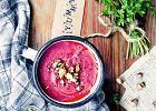 Kremowa zupa z rzepy i buraków posypana pistacjami