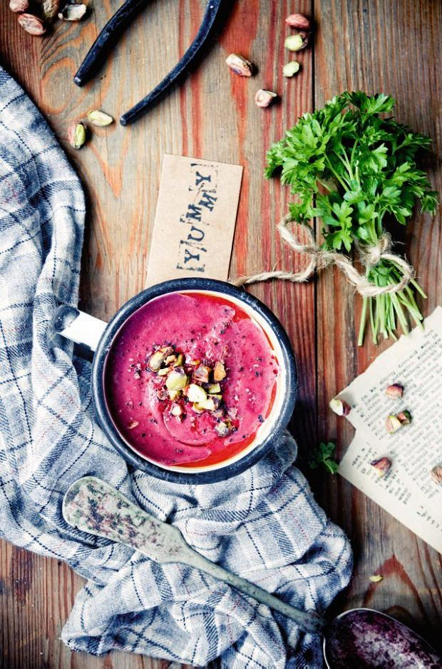 Kremowa zupa zrzepy iburaków posypana pistacjami