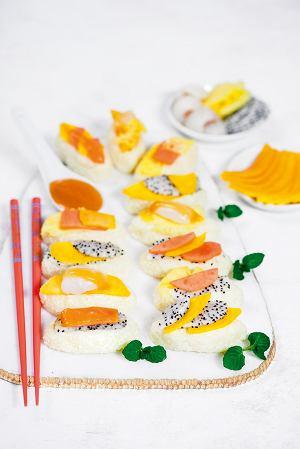 Sushi ryżowo-czekoladowe z owocami tropikalnymi