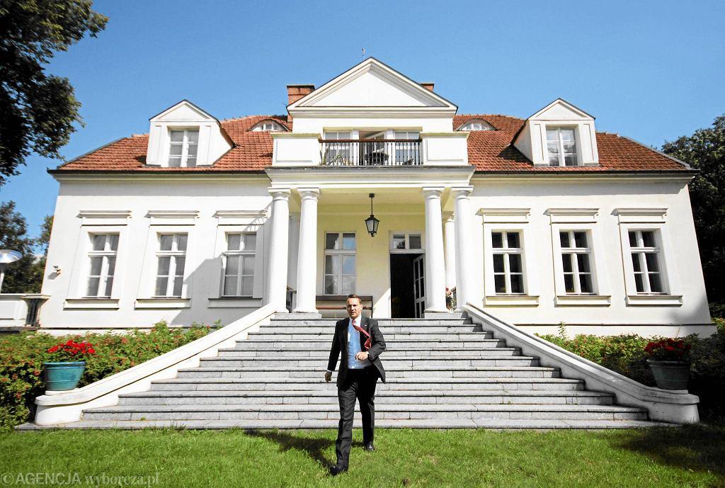 Minister Sikorski przed swoim domem