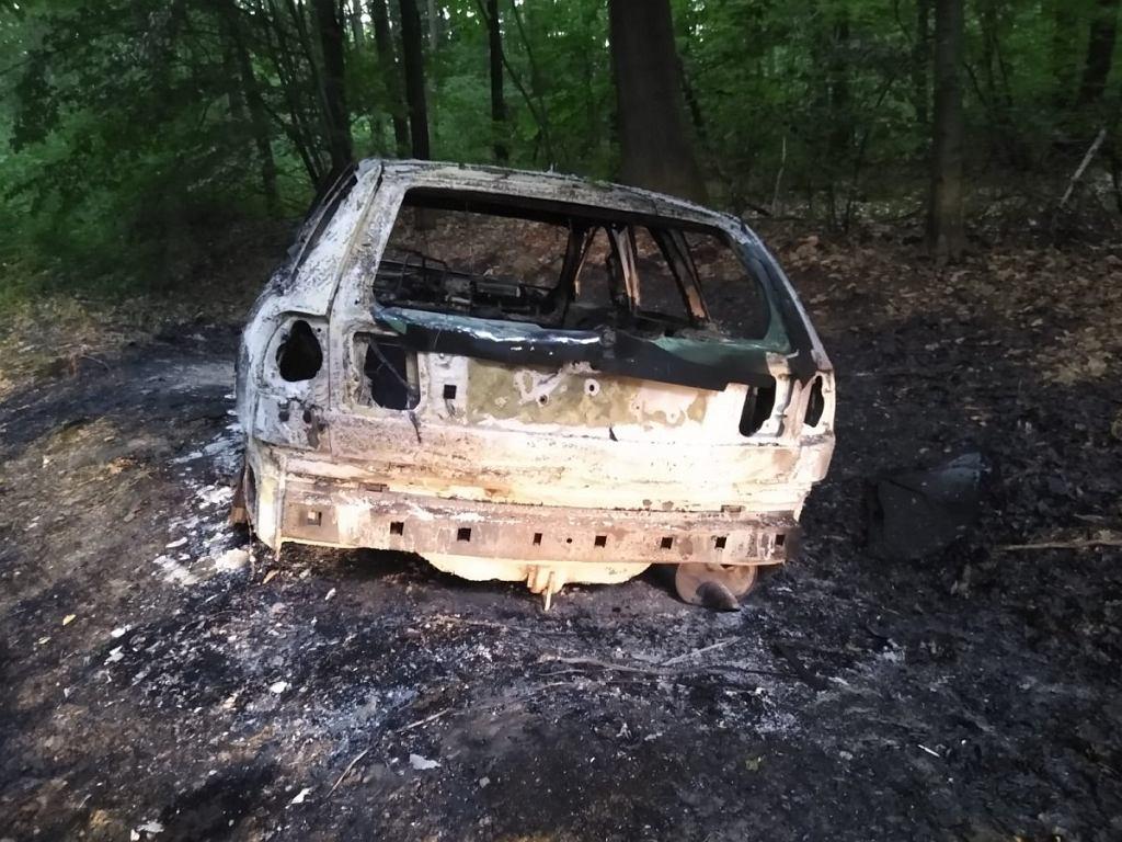 Samochód odkryty przez policję w Puszczy Niepołomickiej