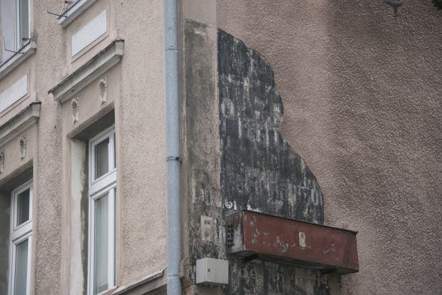 Niemiecki szyld reklamowy przy ul. Jedności