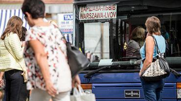 Ukrainiec może namówić polskiego pracodawcę do przygotowania dokumentów, które pozwolą mu wystąpić o kartę pobytu. Z nią może pracować w Polsce rok, z kolejną trzy lata. Niestety karta związuje pracownika z jednym konkretnym pracodawcą. Na zdjęciu dworzec PKS w Lublinie