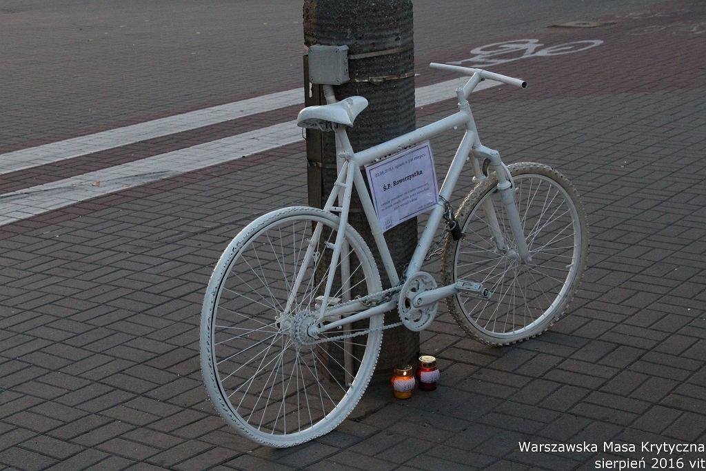 Biały rower upamiętniający ofiarę wypadku na Fieldorfa