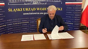 Dominik Kolorz, lider górniczej 'Solidarności' podpisuje porozumienie z rządem