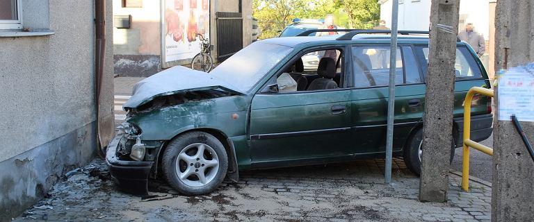 Pijana matka rozbiła samochód, a potem odprowadziła dzieci do szkoły
