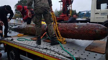 Wydobycie 700-kilogramowej ćwiczebnej torpedy lotniczej z jeziora Miedwie