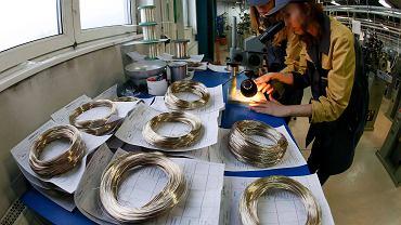 Pracownik sprawdza srebrne nici, fabryka metali nieżelaznych Krastsvetmet na Syberii