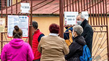 Dolny Kubin, Słowacja, kolejka do punktu testowania na obecność koronawirusa.