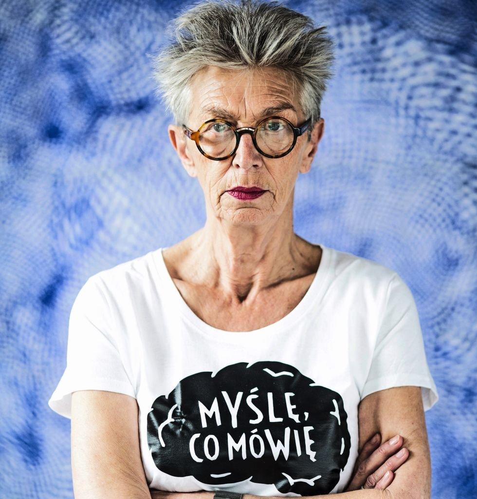 Anda Rottenberg, była dyrektorka Zachęty, w antyhejtowej koszulce nagrodzonej w konkursie przeciw mowie nienawiści